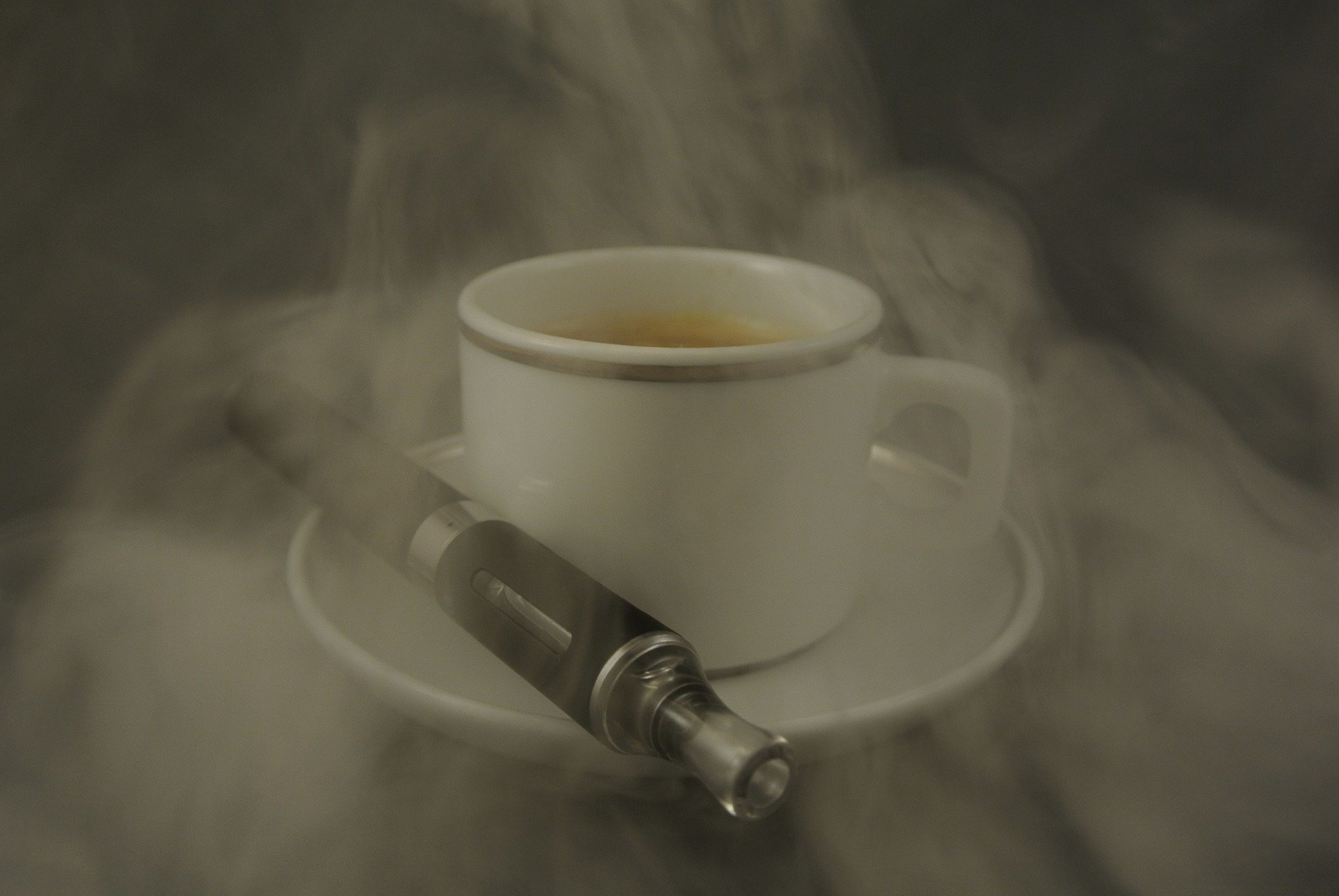 Une cigarette france avec eliquid et un produit liquide de nicotine